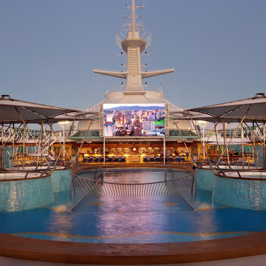 Ecran de proiectie la piscina